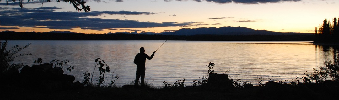 Angler am See bei Sonnenuntergang